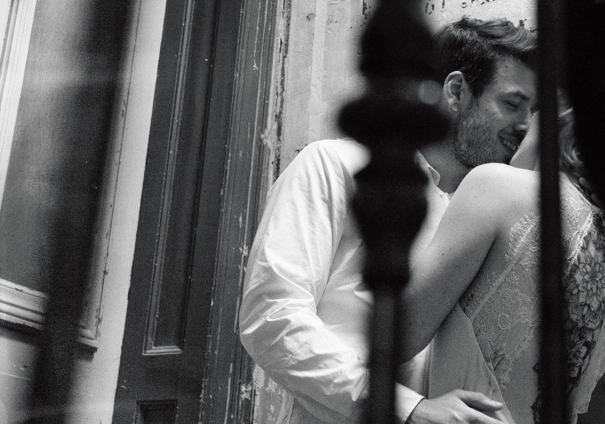 Kuss im Treppenhaus. Brautpaar St.Pauli Hamburg Fotosession