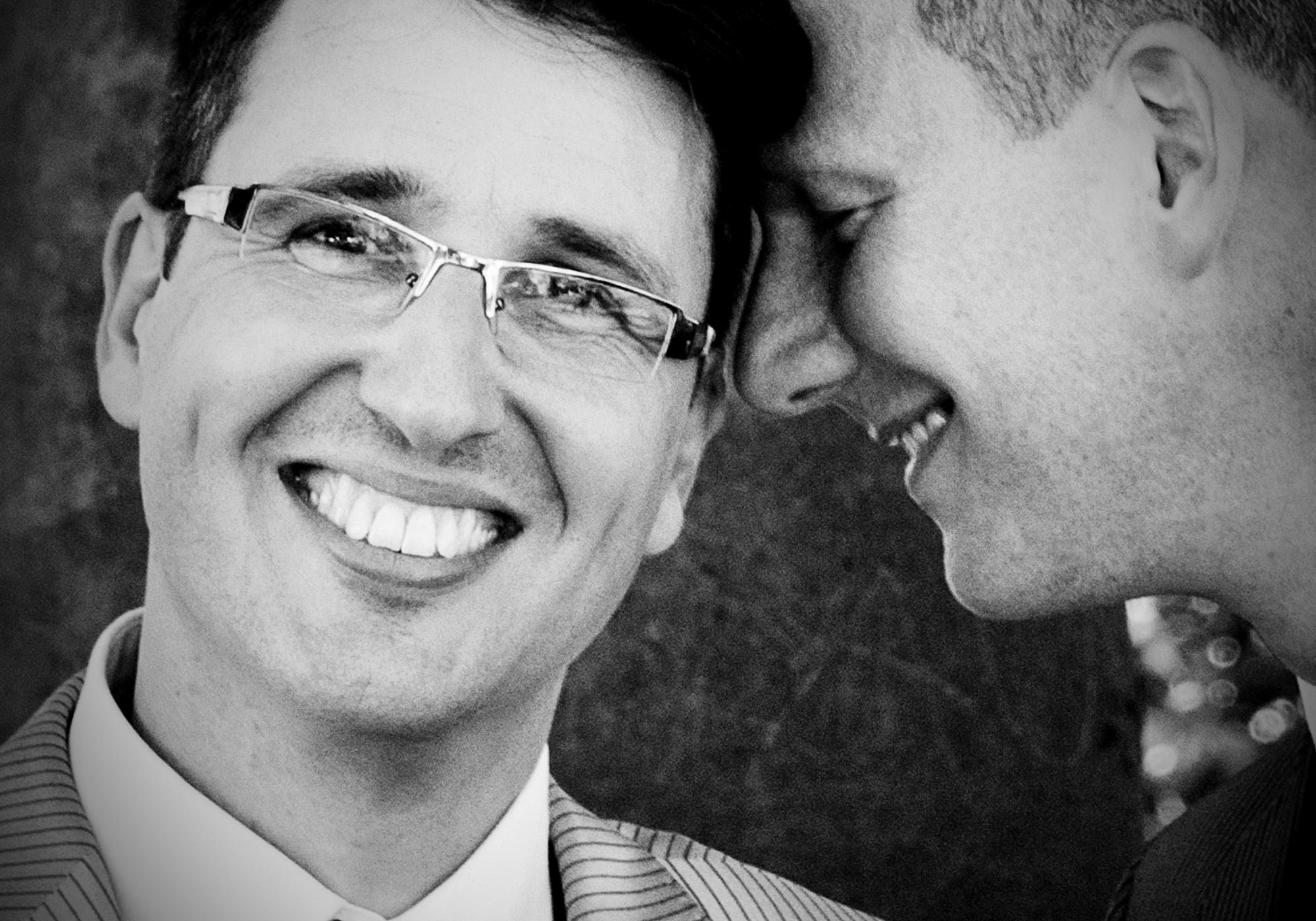 Bräutigamshooting eines gleichgeschlechtlichen Paares in Hamburg Altona am Altona Balkon