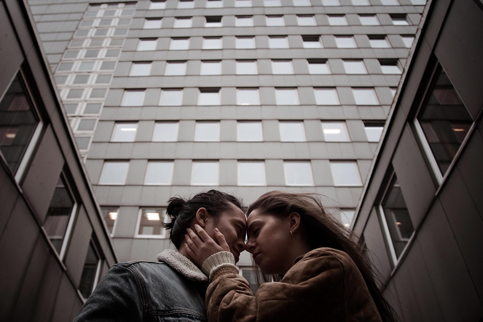 Liebespaar beim Fotoshooting im urbanen Hamburg